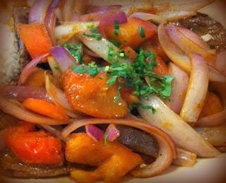 Bistec a la cebolla y tomate con puré de papas