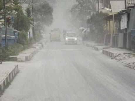 Gunung Kelud Meletus, Hujan Abu Tebal Turun Di Beberapa Kota