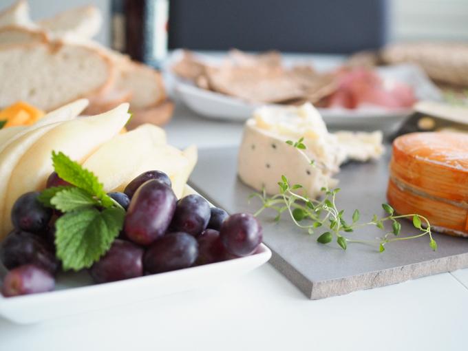 juustotarjotin ja hedelmät kotona punahomejuusto