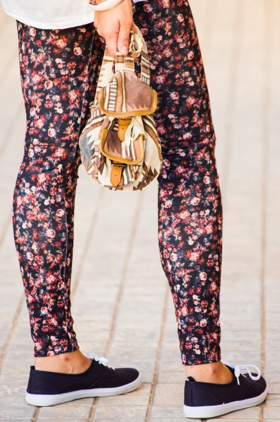 navy, azul, estampado flores, flower print, camisa blanca, mochila, zapatillas, look otoño, look casual,