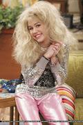 Vestida de viado. Hannah Montana que precisa pentear o cabelo.