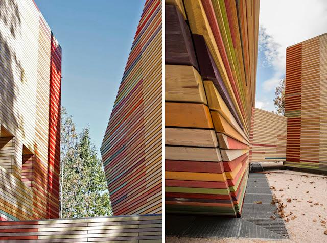 Revestimiento exterior de madera de colores en el for Revestimiento exterior en madera