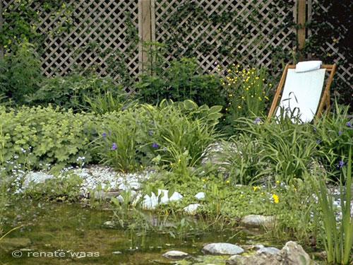 flaches Ufer mit Findlingen und Wasserpflanzen bzw. Uferrandpflanzen für einen Gartenteich