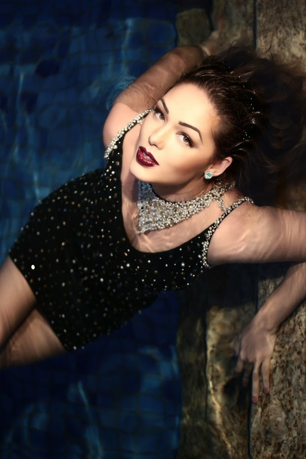 Tânia Mara posou cheia de glamour para a capa de outubro da revista RC Vips