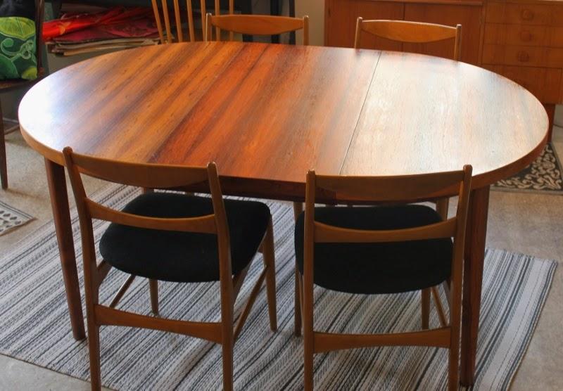 Matbord För 10 Personer : Butiken blue corner runt ovalt matbord i mörk teak