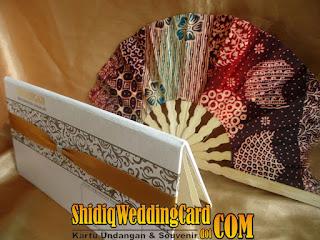 http://www.shidiqweddingcard.com/2016/01/paket-undangan-hardcover-01-dan.html