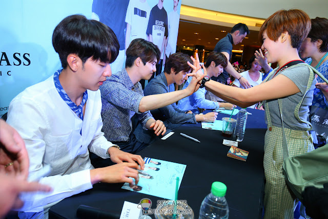 Meet N Greet Autograph session  - CNBLUE x The Class Meet & Greet @ Mid Valley Megamall High Five!! Photo by Mango Loke