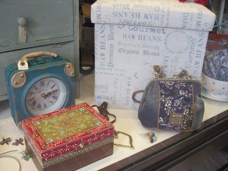 Puff, bolsito azul combinado, reloj, caja