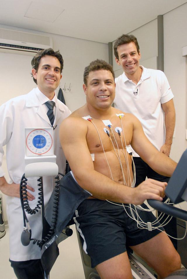 O jogador Ronaldo Nazário faz exames médicos ao lado do cardiologista Dr. Luiz Augusto Riani Costa e do preparador físico Marcio Atalla. Foto: Zé Paulo Cardeal/TV Globo
