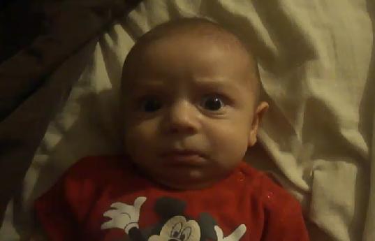 ivan bébé qui a peur du rire de sa mère