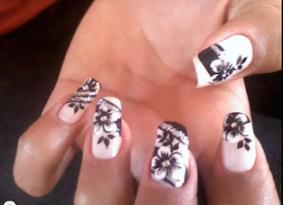 unha decorada com flores preto e branco