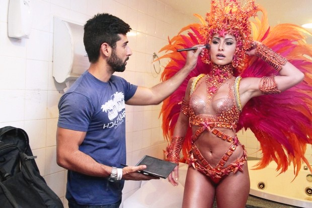 Sabrina Sato sculptural body has perfect curves which drew the attention of everyone.