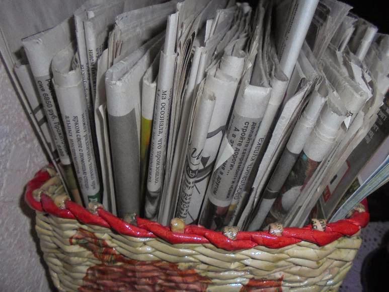 окраска газетных трубочек после плетения стало