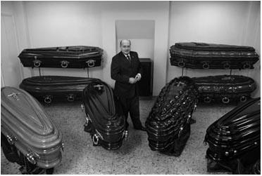 Exibicion de ferétros en una funeraria 2009