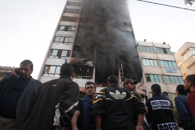 الحرب على غزة Gaza+Under+Fire+%281%29