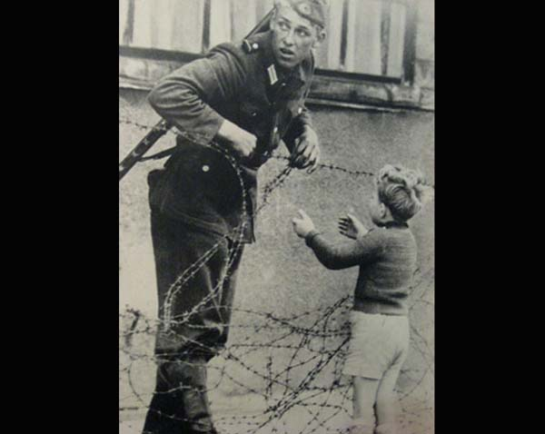 Bocah dan tentara Nazi