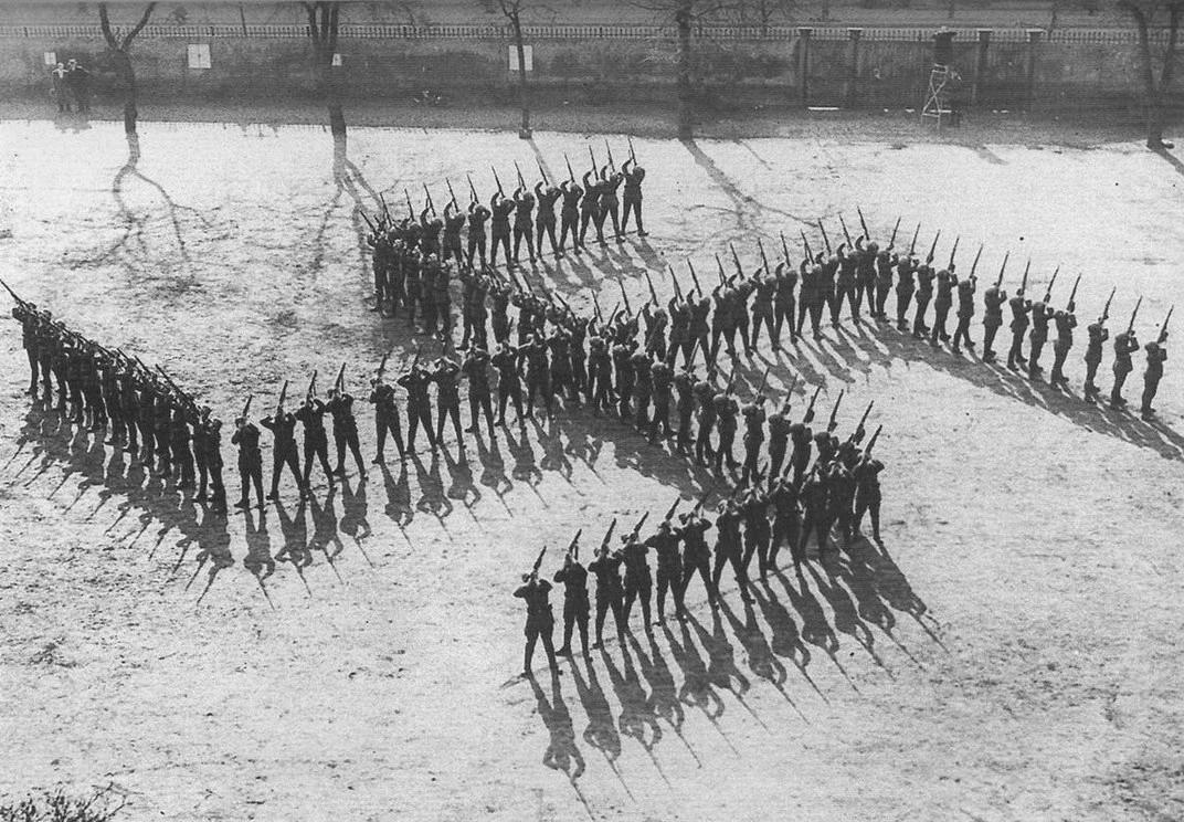 Swastika, nazi-hagekors, formet af soldater