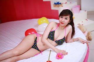 Cuộc sống hai mặt của hot girl Việt