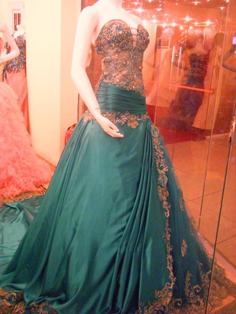 gaun gaun yang agak panjang dan mengindari model gaun pesta yang