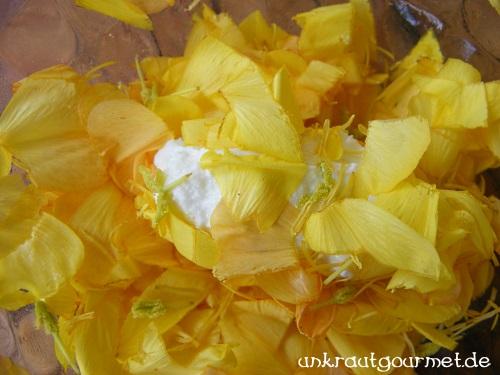 Frischkäsekugel im Blütenblätterbad