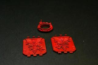 Pintura de las compuertas y barquillas del Land Raider con Rojo Fuego de Vallejo Model Air y con Rojo Escarlata de Vallejo Model Color