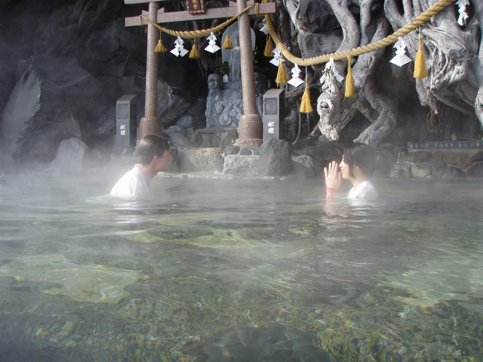 http://3.bp.blogspot.com/-_6WyPyyNOuw/T9Qjmj1EfQI/AAAAAAAAAOs/Q10pfuOFJxc/s1600/Couple+Bathing+in+Holy+Hot+Spring+Sakurajima+Kagoshima.JPG