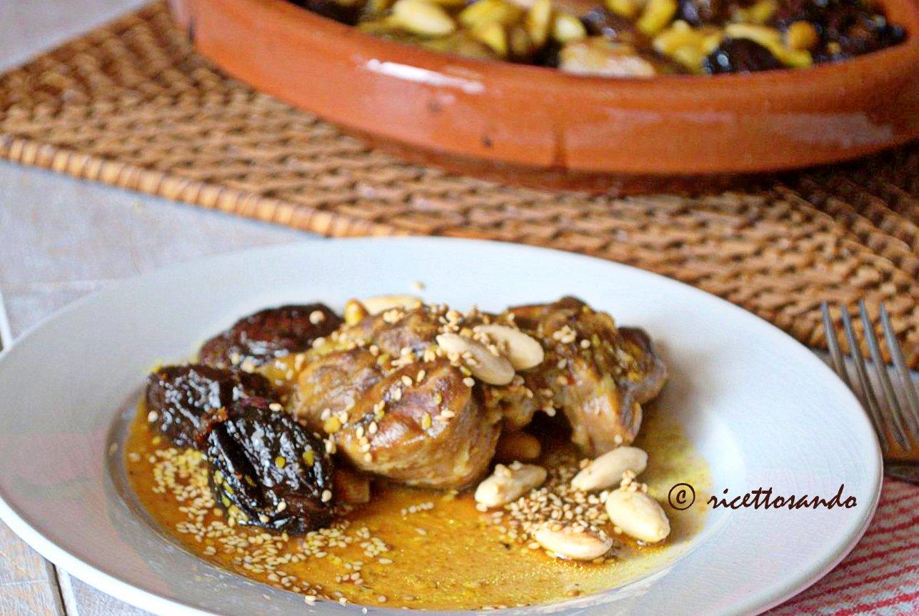 Tajine di manzo con prugne e mandorle ricetta marocchina a base di carne di manzo
