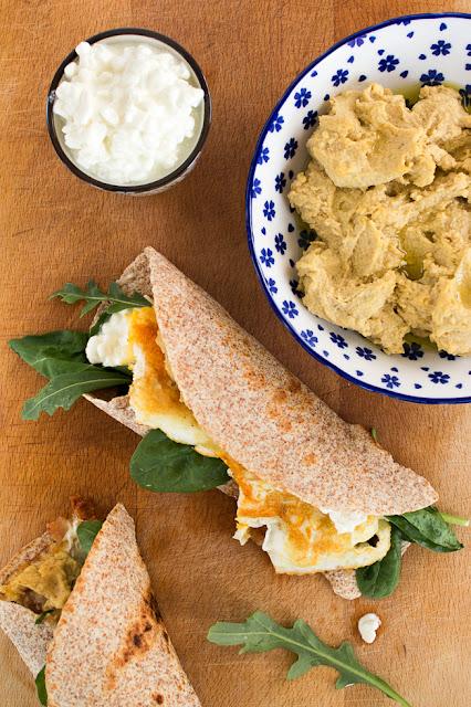 Рецепта за тортили с яйце, домашен хумус, рукула, пресен спанак и сирене котидж