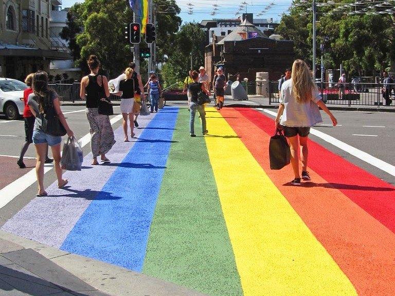 Faixa de pedestre nas cores do arco-íris em Sidney, na Austrália.