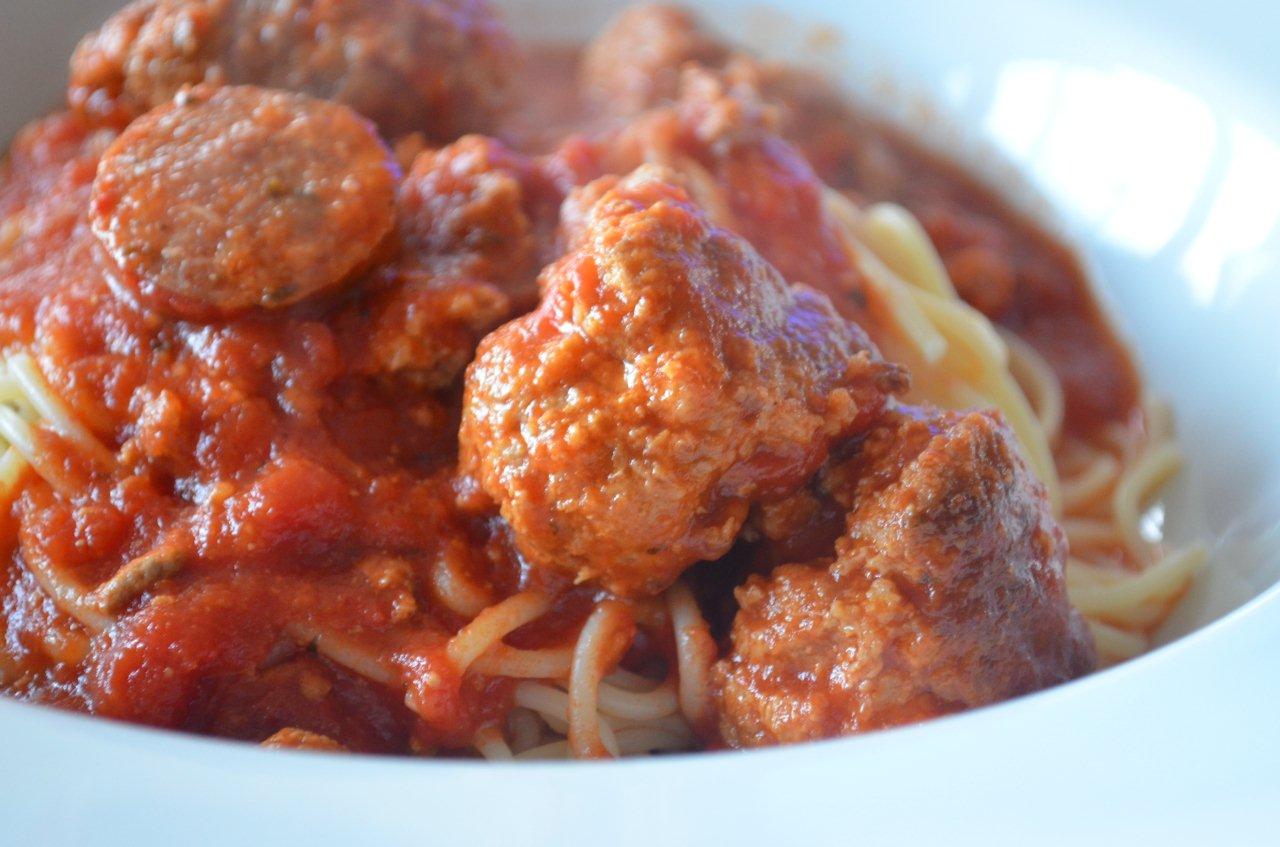 spaghetti sauce tomate et boulettes de viande typiquement italien chroniques gourmandes. Black Bedroom Furniture Sets. Home Design Ideas