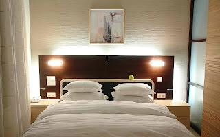 Cama presidida por el blanco fotografias de habitaciones modernas