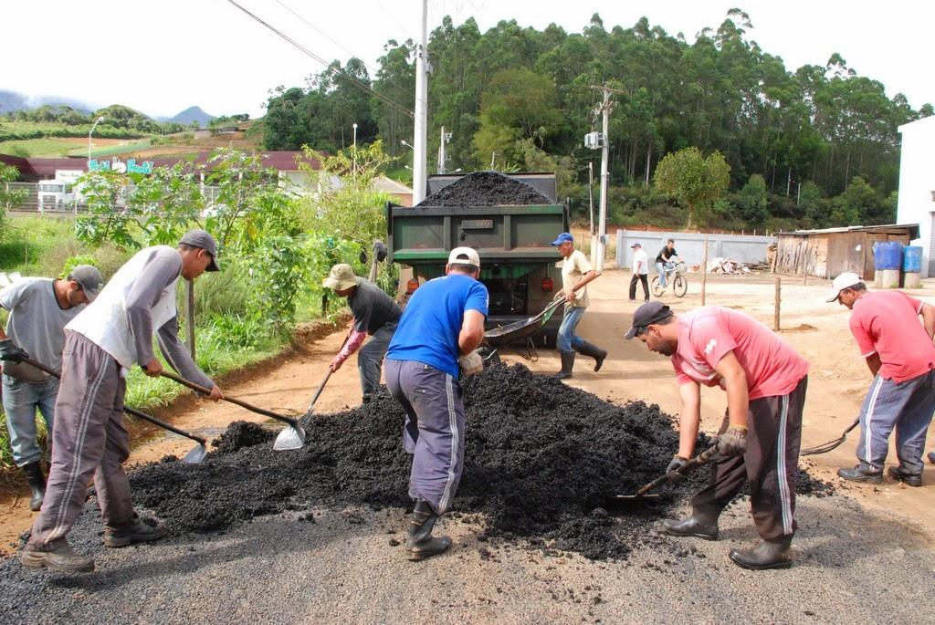 Via de acesso à Escola Municipal Antônio Custódio recebe asfaltamento