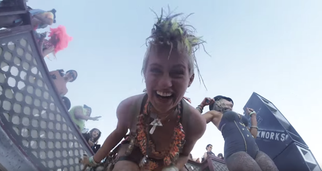 Eine Drohne verliert eine GoPro über der Burning Man Tanzfläche | GoPro Falls Off Drone Into Burning Man Dance Floor