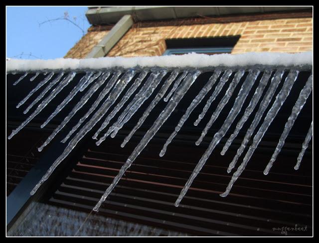 ijspegels aan schuin dak