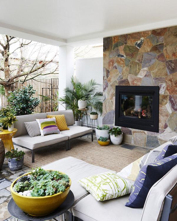 chimena en un patio exterior abierto
