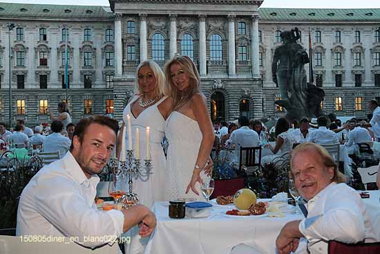diner en blanc 2015 in m nchen am neptunbrunnen gegen ber dem justizpalast ganz. Black Bedroom Furniture Sets. Home Design Ideas