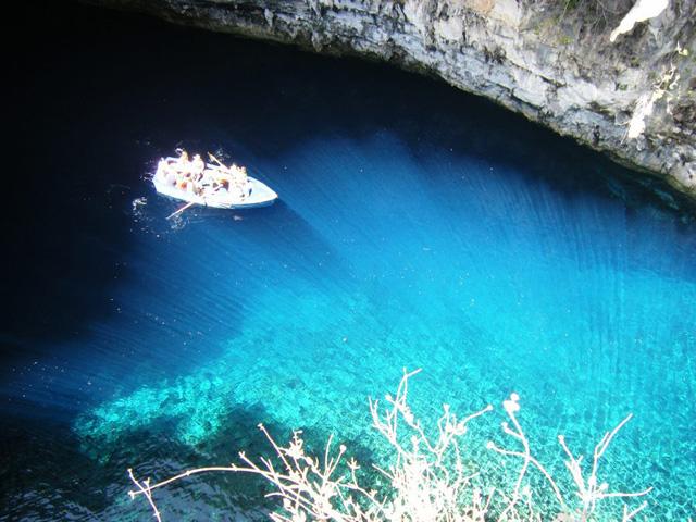 Cefalônia tem um incrível lago dentro da caverna