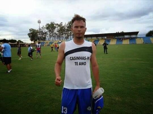 O atleta Romero Casinhas demonstrou o seu amor pela sua terra natal  Casinhas vestindo uma camisa personalizada com a frase Casinhas Eu te amo 72b996647144f