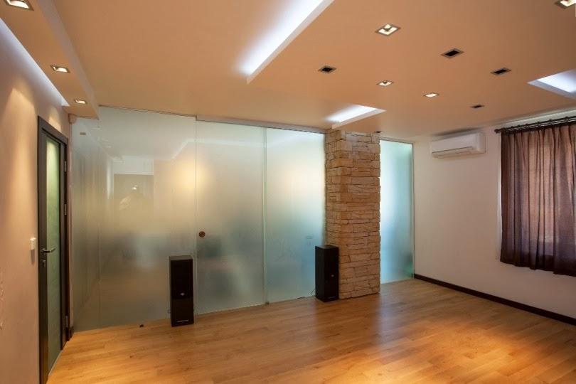 Всекидневна със стъклена стена