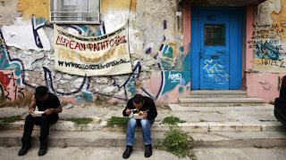 Vídeo: Nas ruas de Atenas, voluntários oferecem comida aos desempregados