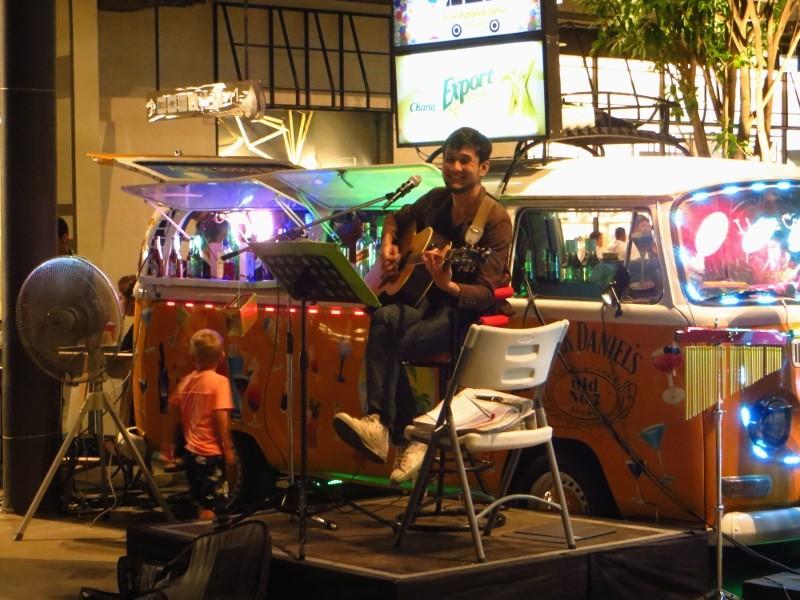 Тайский парень играет на гитаре