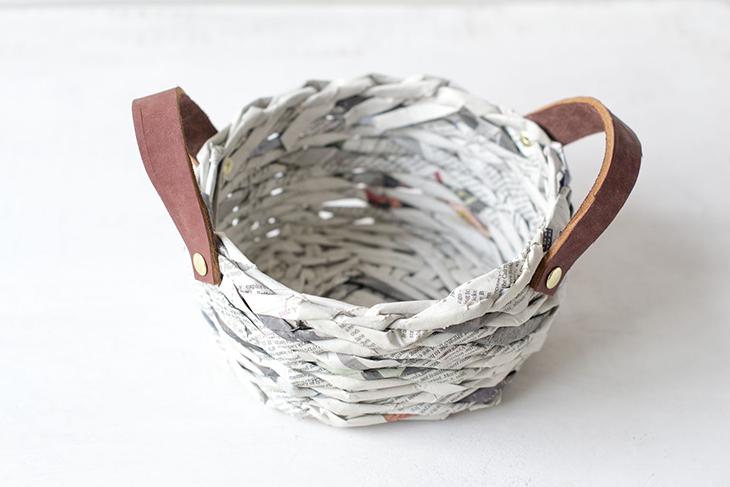 Oro y menta cesta hecha de periodicos con asas de cuero - Cestas de periodico ...