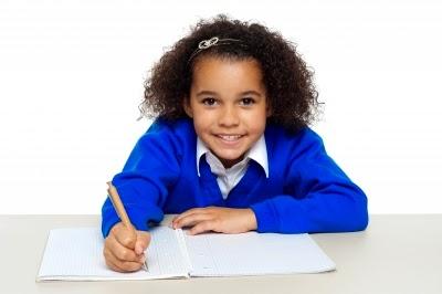 Aqui tem a foto de uma criança estudando.