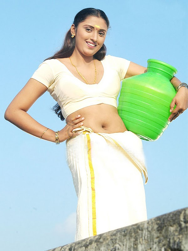 Kerala aunty showing her her fleshy navel in traditaional dress