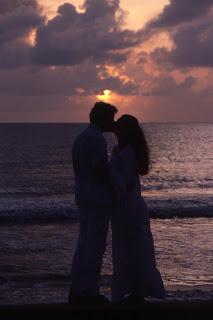Νεαρό ζευγάρι που φιλιέται με πάθος