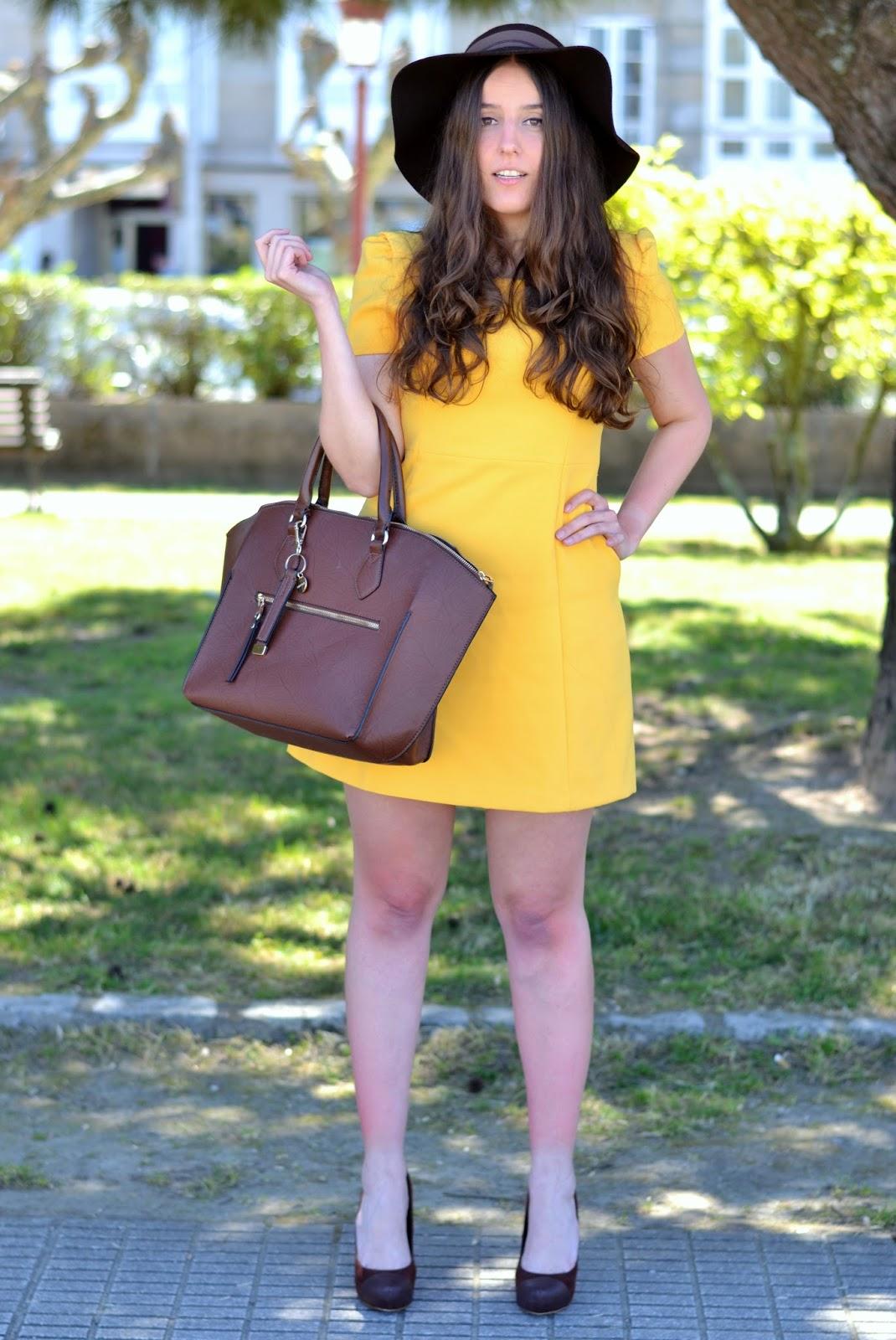 vestido amarillo de zara y complementos marrones