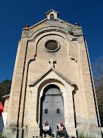 La façana de llevant de l'ermita de Sant Roc, d'estil neoclàssic