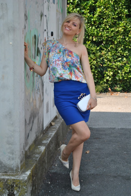 outfit gonna blu outfit top mono spalla come abbinare la gonna blu come abbinare la stampa a fiori floral top how to wear floral print one shoulder top blue skirt how to wear blue skirt  mariafelicia magno fashion blogger colorblock by felym fashion blog italiani outfit estivi donna outfit estate 2015 outfit luglio summer outfit s summer outfits for girls