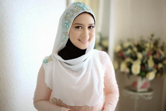 Lorem Ipsum Wanita Cantik Berjilbab