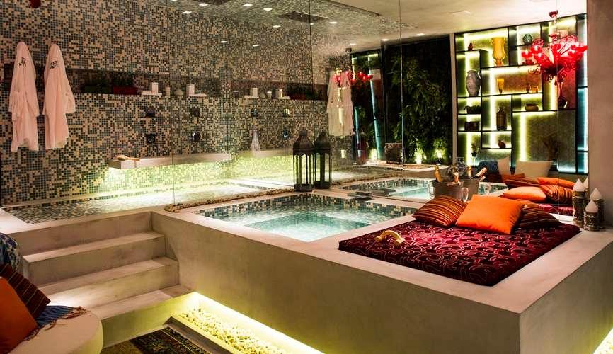 decoracao banheiro jovem : decoracao banheiro jovem: com pastilhas coloridas e espelhos que deram amplitude ao banheiro